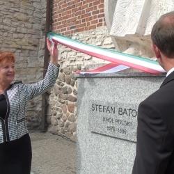 Stefan Batory stoi przy Zameczku Piastowskim